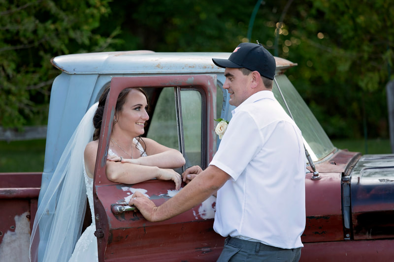 Wedding old truck bride groom